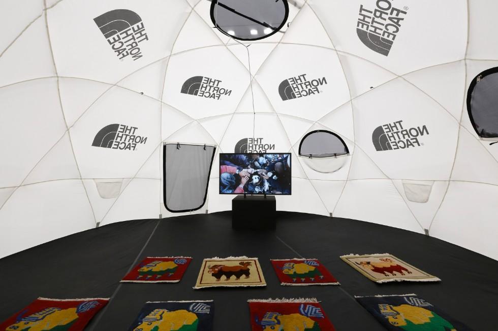 石川直樹「この星の光の地図を写す」展示風景 撮影:木奥恵三 テント内では、鑑賞用に登山の様子が映像で流されている