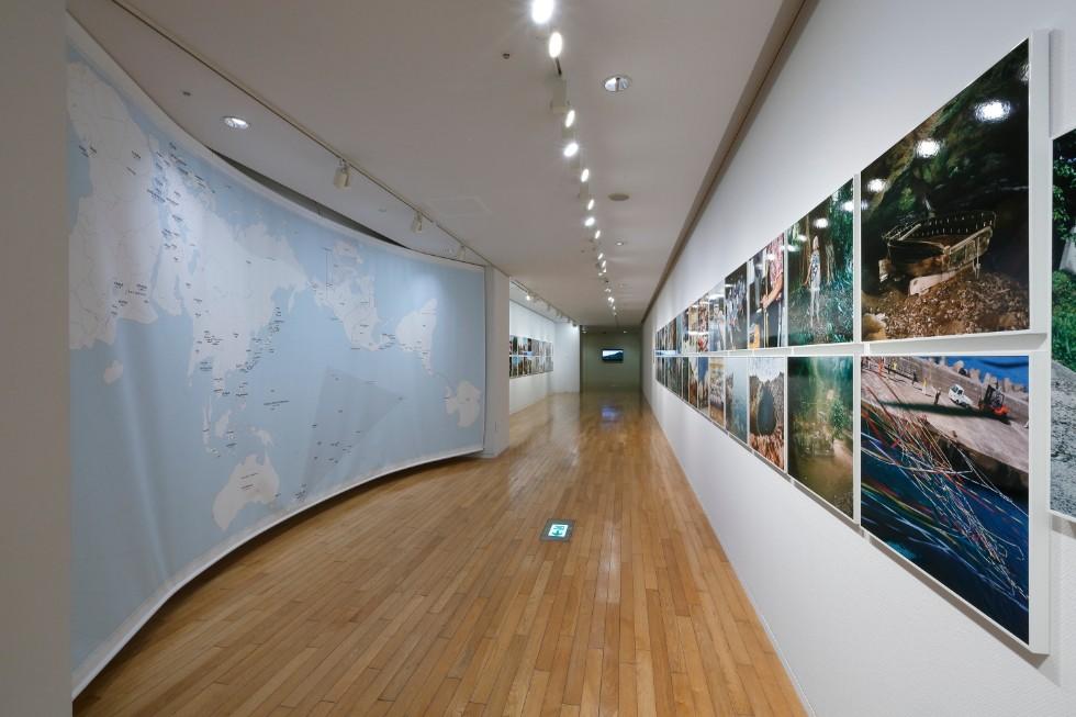 石川直樹「この星の光の地図を写す」展示風景 撮影:木奥恵三 旅の足跡を示した地図(オーサグラフ・水戸芸術館現代美術センター作成)も展示されている