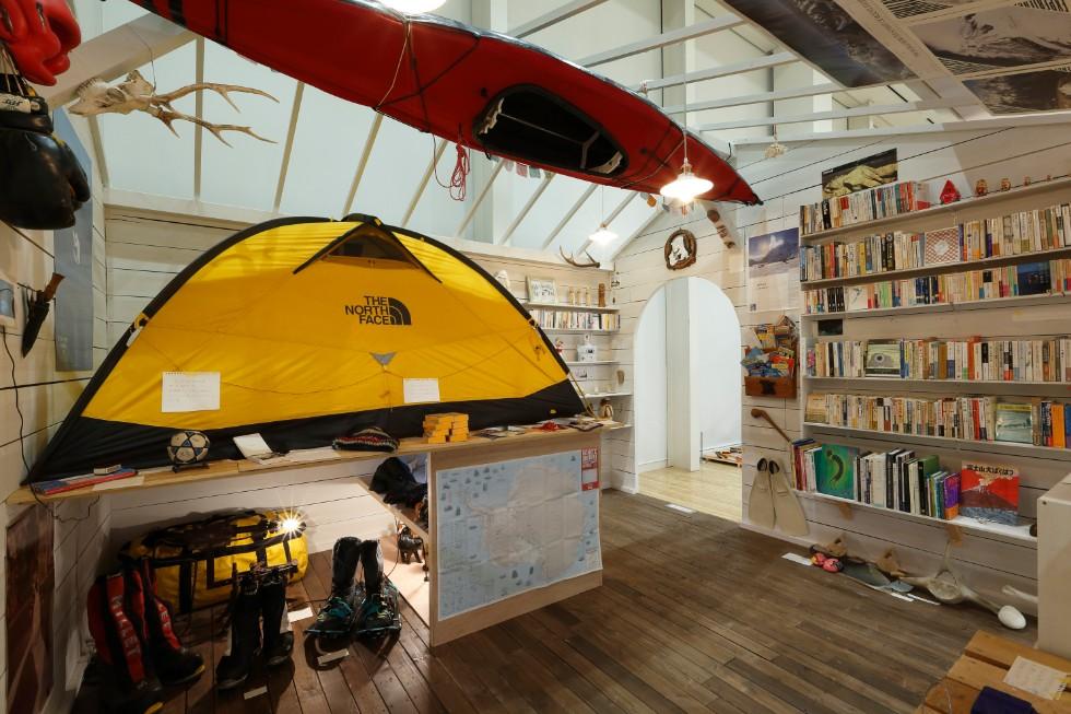 石川直樹「この星の光の地図を写す」展示風景 撮影:木奥恵三 「石川直樹の部屋」と題し、遠征で使用した装備、旅先で入手した道具が展示されたコーナー