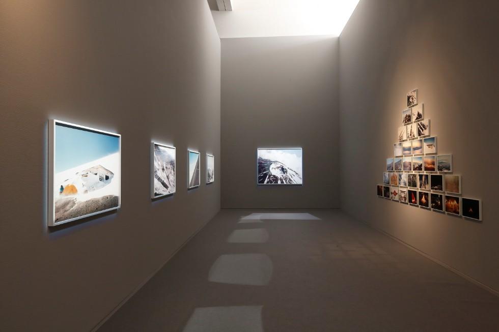 石川直樹「この星の光の地図を写す」展示風景 撮影:木奥恵三 高地順応のため、富士山にはこれまで30回以上登ったという