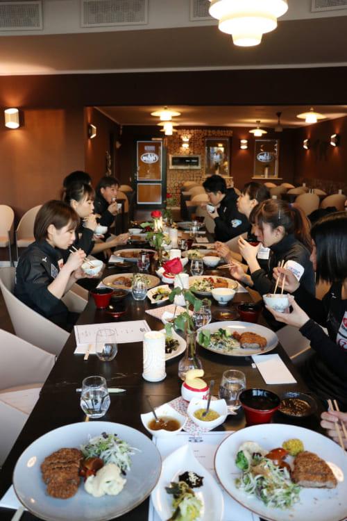 カーリング女子日本代表が和牛カツをもぐもぐ JA全農が食事をサポート