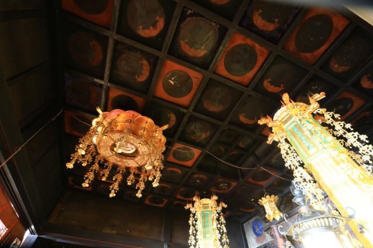 江戸時代に種子曼荼羅(まんだら)が描かれた、本堂内陣の天井画