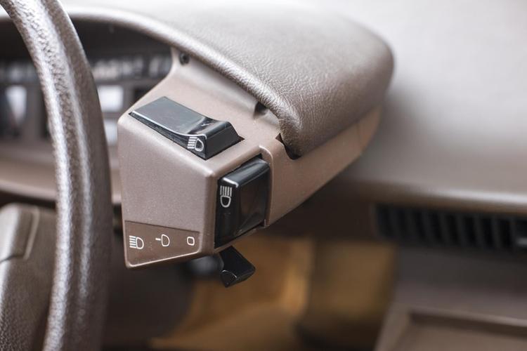 灯火はヘッドランプの上向き/下向き切り替え、内側に押し込むスイッチはフラッシング、下のレバーはメーン、サブ、それにオフの切り替えで、すべて指で操作できる