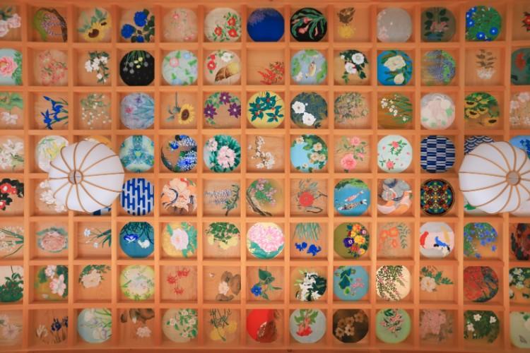 「花と日本の風景」をテーマに160枚が描かれている、客殿の天井画