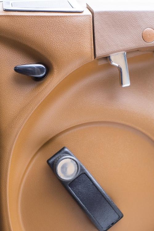 右上の引き金型のレバーはドアのリリース用
