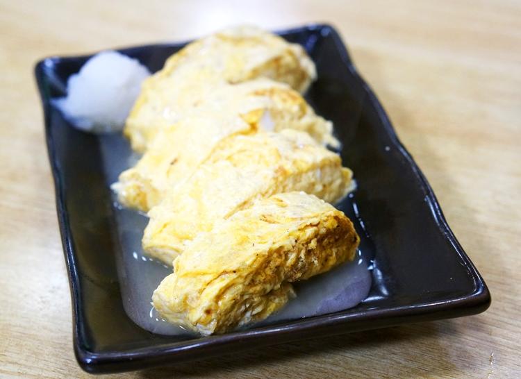 京都「おかる」のだし巻き卵。皿に広がるのは美味なるだし