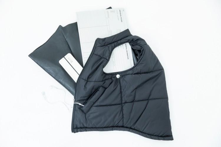 財布や携帯電話はもちろん、A4サイズのファイルがすっぽり収まる使い勝手の良いサイズ感