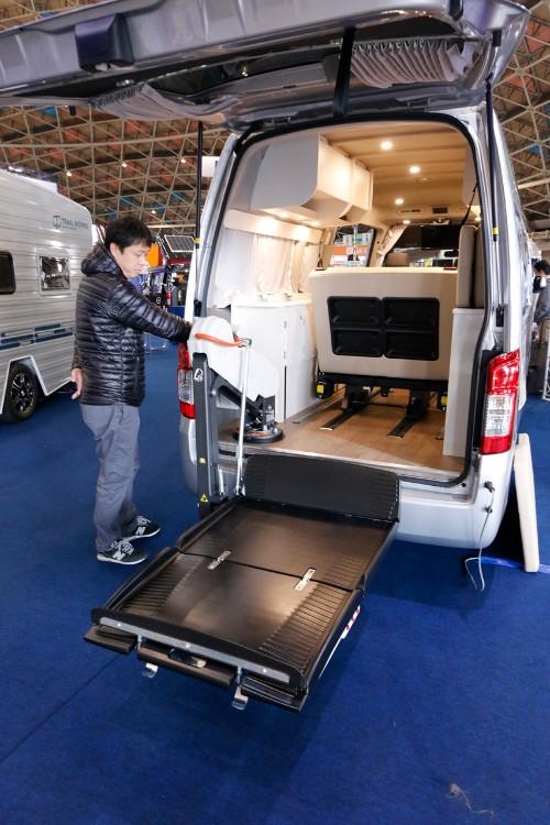 この車両の肝がこれ。イタリア・フィオレラ社の車イス用リフト。福祉車両でよく見かけるタイプより数段コンパクトだ