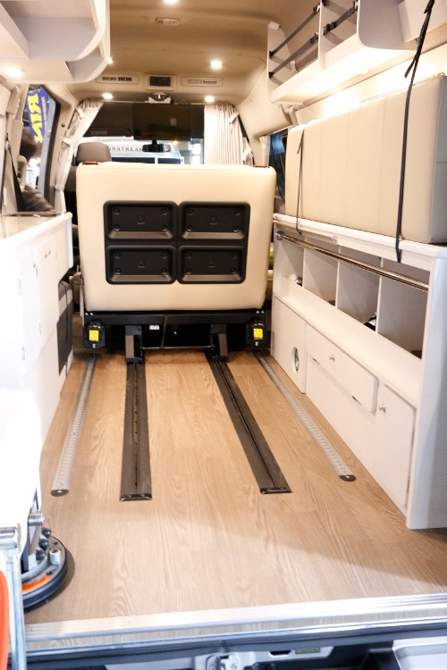 居室後部には大型の車イスにも対応できるスペースが。固定用のレールも装備して安全面も◎