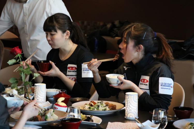 むカーリング女子日本代表選手