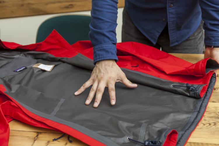 ゴアテックス・メンブレンを外側のシェル素材に貼り合わせ、油分を弾く物質と炭素から成る保護用の裏地をつけている