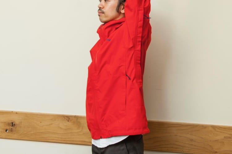 立体裁断が採用されているため、腕を垂直に振り上げても、裾がめくれ上がってくることがない