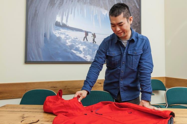 「使われなくなったパタゴニアのウェアは、店頭で回収され、細かく裁断されたあとに、溶かされ、紡ぎ直されて糸に生まれ変わるんです」と大堀さん
