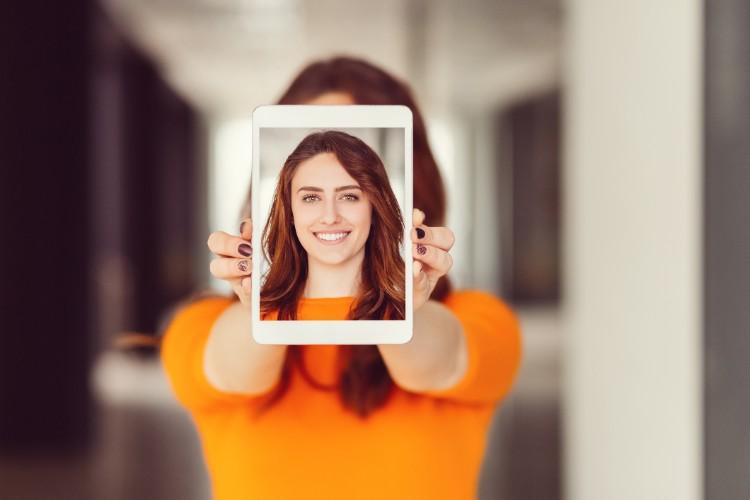 人間の顔であることが認識されると、AIが適正と考える補正が加えられる(gettyimages)