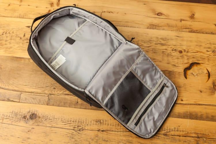 背面と側面に分厚いパッドが入っている。裏地には、ポリウレタンコーティングを施した200デニール・リサイクル・ポリエステルを採用。一昔前のバッグパックにありがちな劣化によるコーティングのひび割れも起きないという