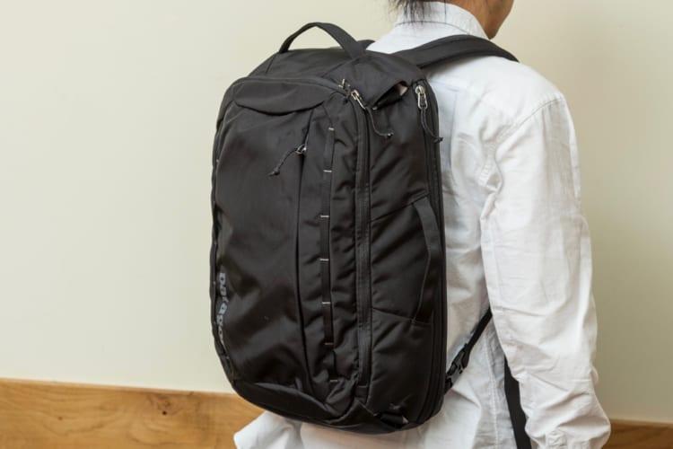 底面に傾斜がついているため、重い荷物は自然と背中側に寄っていき、荷重が肩、背中、腰へと分散される