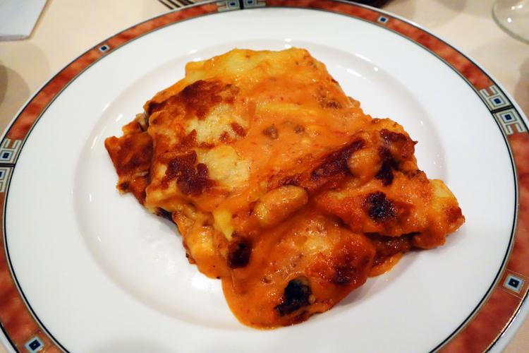 エリオ名物のラザーニャはチーズとボローニャソースがたっぷり