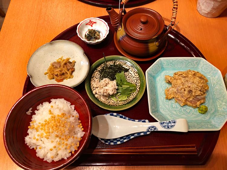 小鉢、香の物、薬味などのバランスもいい「鯛茶漬け膳」