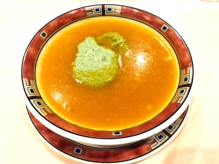 カボチャ、ホウレンソウ、リコッタチーズが調和して奥深い味わいのスープ