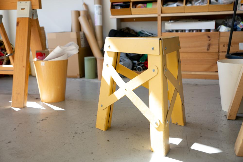 小学生の道具箱などに用いられるパスコ(古紙やバージンパルプが主原料の繊維ボード)を使ったスツール「エッフェル」