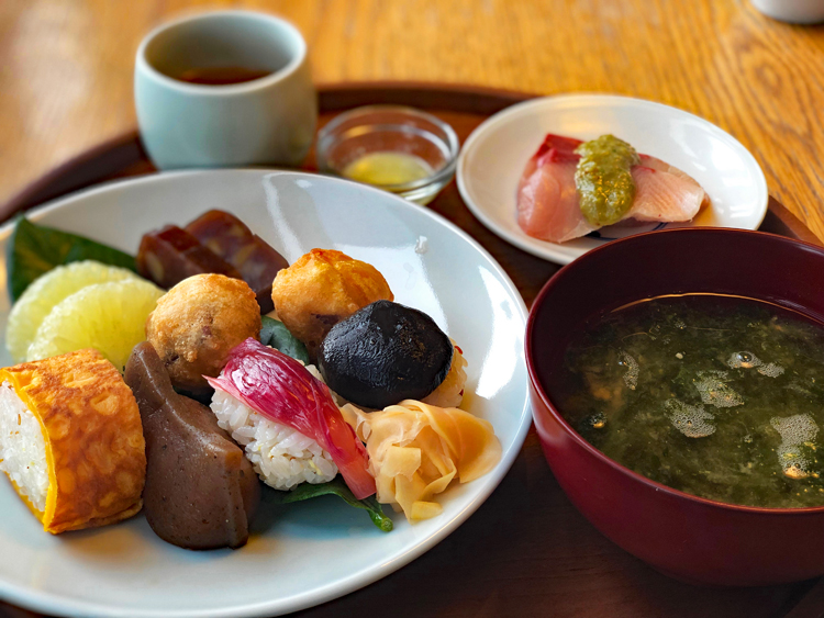 高知県特産の柚子酢で味付けした田舎寿司をワンプレートに