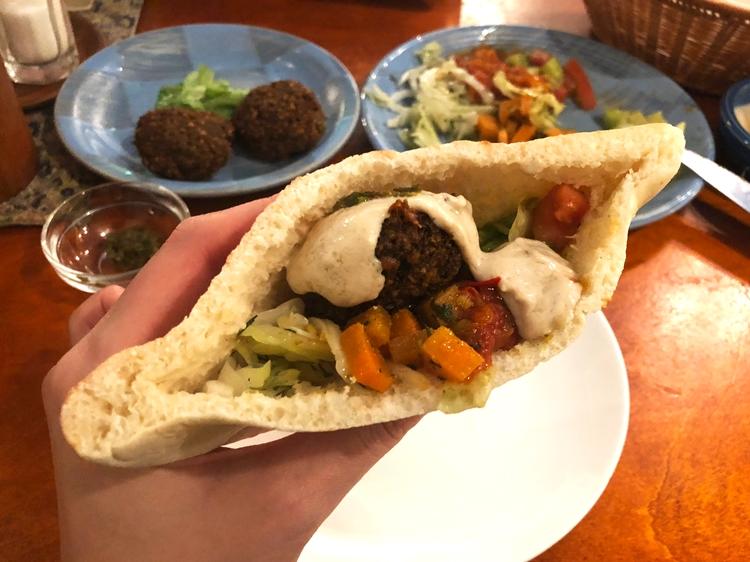 ファラフェルサンドは現地でおなじみのファーストフード。石田さんによると、パレスチナ問題で対立するユダヤ人もパレスチナ人も、どちらもファラフェルサンドを食べる
