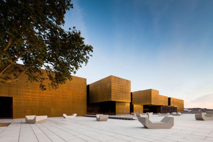 現代美術館。古い石畳の街並みに建築物の直線とのコントラストが映える / All Right Reserved.
