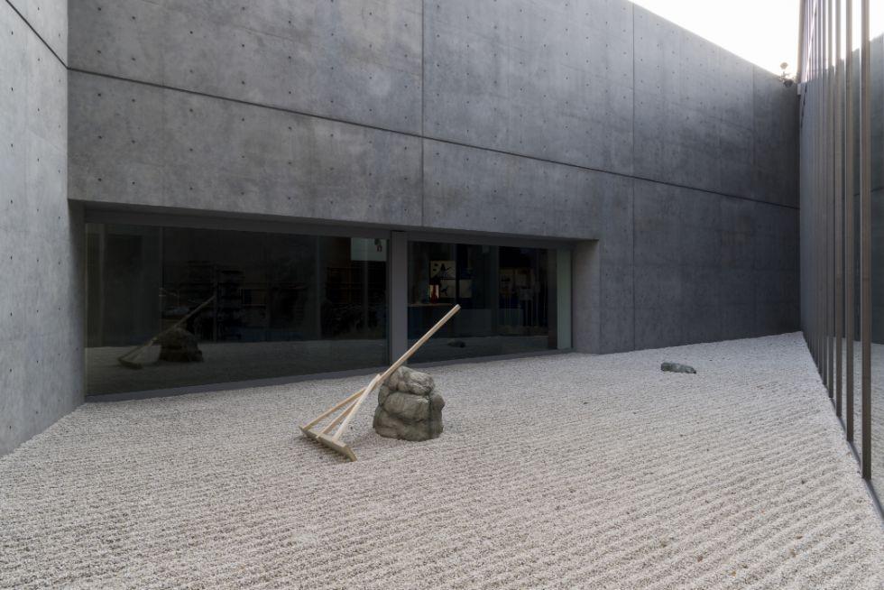 会場風景(サンクンコート)(撮影:鈴木 薫) 禅をユーモアのひとつとして捉え、石庭が展示されている