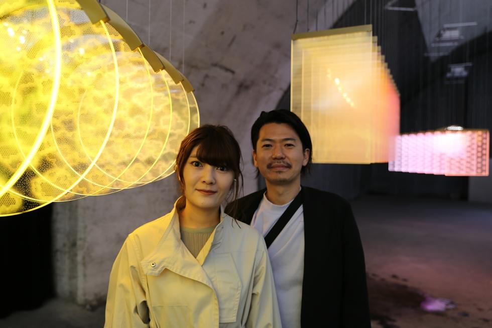 日本の伝統的なパターンを活かした「Time Printing」をDNPのためにデザインしたAtMaの小山あゆみさん(手前)と鈴木良さん