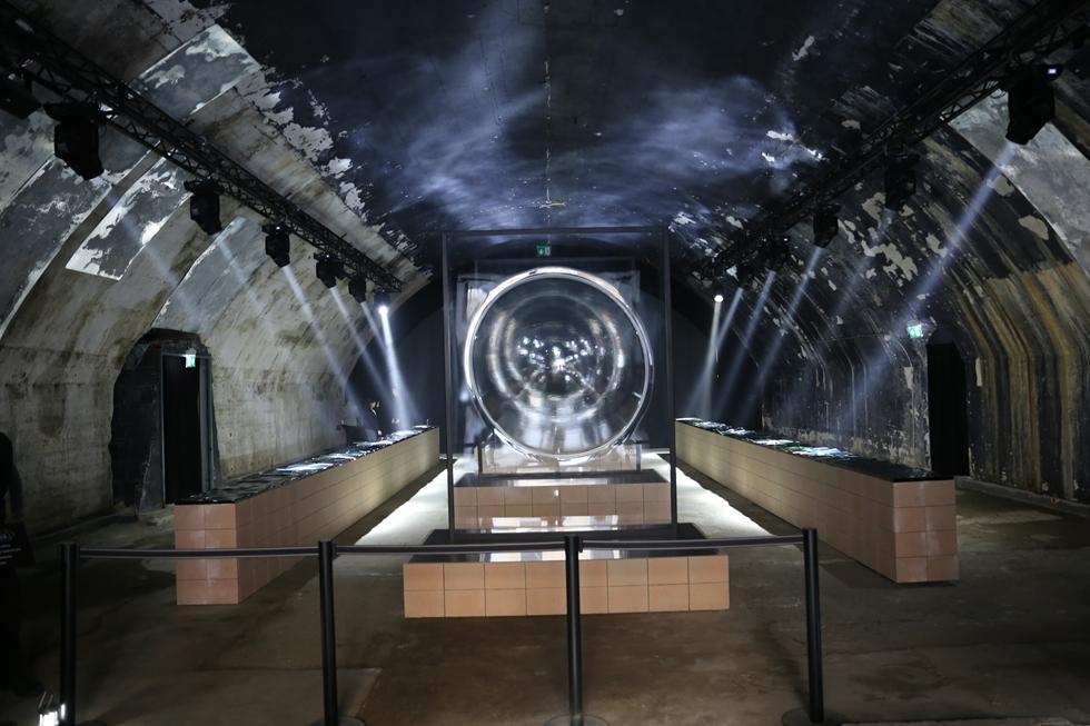 AGCがチェントラーレ地区で展開する「「Emergence of Form」は「大型のガラスを極限まで曲げることでシャボン玉が生まれゆくさまを表現」(同社)したインスタレーション