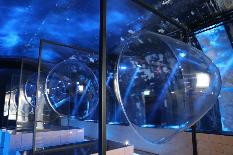巨大なガラスがだんだん膨らんでいくさまを表現したAGCはクリエーションパートナーとしてプロダクトデザイナーの鈴木啓太さんを迎えた