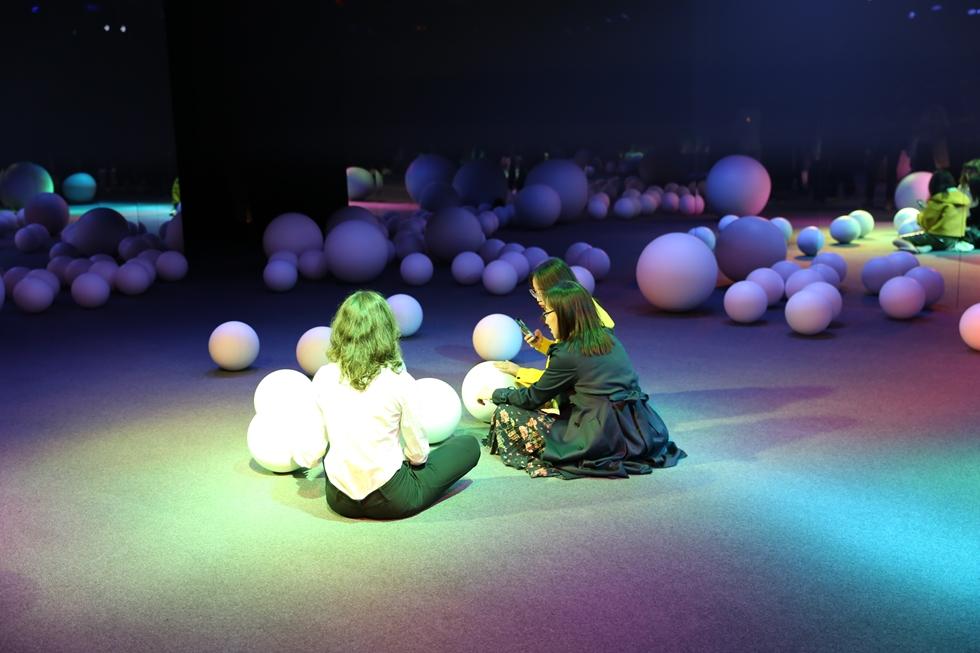 人間の存在を感知するところころと近寄ってくるボールもSONYの展示の一部