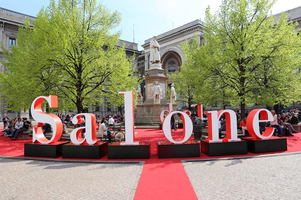 市内中心地のスカラ座前での「家具見本市 Salone del Mobile」のインスタレーション