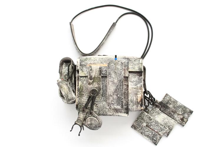 ベースとなるショルダーバッグに、都市で生活するためのツールを装備するパーツを取り付けて使う「コシブクロ」