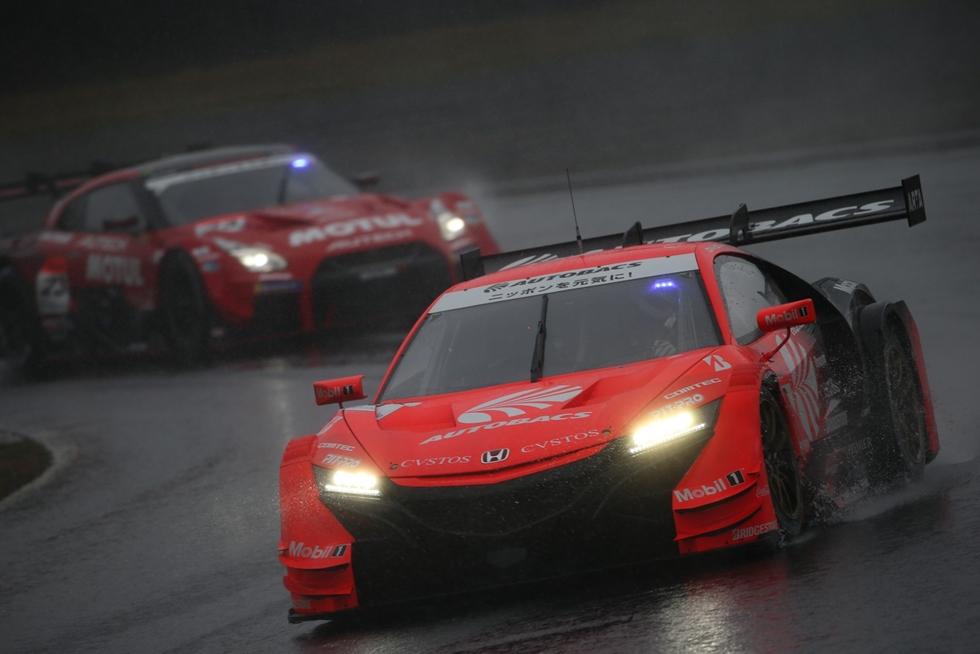 スーパーGT第1戦、岡山で開催 熱戦をギャラリーで特集、決勝は雨で大荒れ