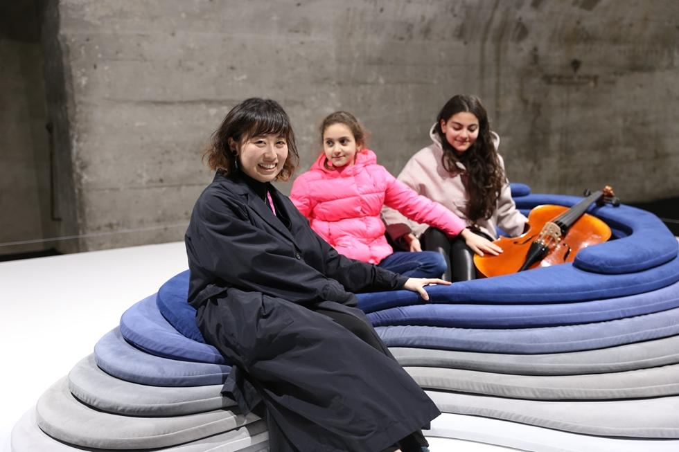 ヤマハの小林夏美さん(写真手前)がデザインした「サウンドグラビティ」はポリウレタンのクッションの中にチェロが置いてあり、添い寝するとチェロの音に包まれる