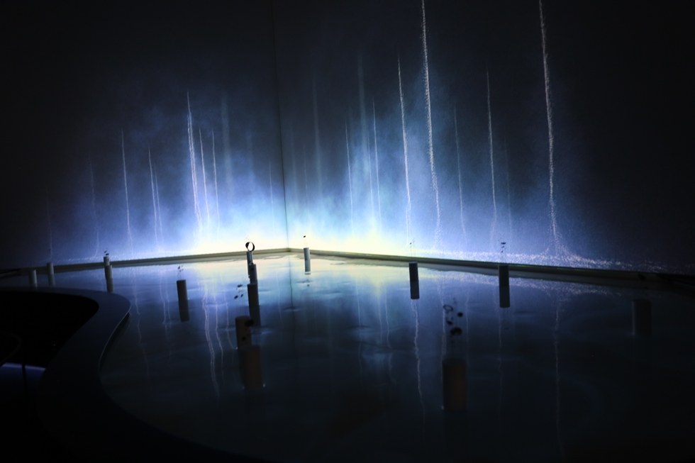 「THE NATURE OF TIME」をテーマに掲げたグランドセイコーは、デザインスタジオwe+とCGディレクター阿部伸吾さんをクリエーターに迎え、マンゾーニ通りの邸宅美術館「ポルディ・ペッツォーリ美術館」を舞台に「うつろい流れつづける時と、その永続性」のインスタレーションを展開