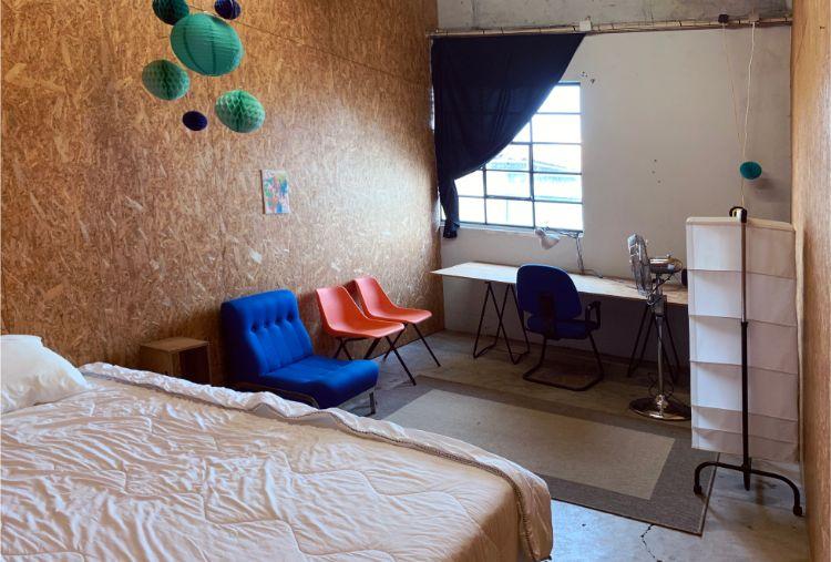 アーティストが1カ月単位で滞在製作する。写真は住居スペース