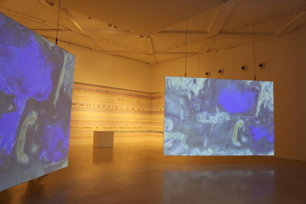 「Broken Nature」の展示のひとつは、NASAの画像を用いてかつて(左)と現在の環境の変化を見せたもの(写真はカザフスタンの鉱山開発による水量の変化)