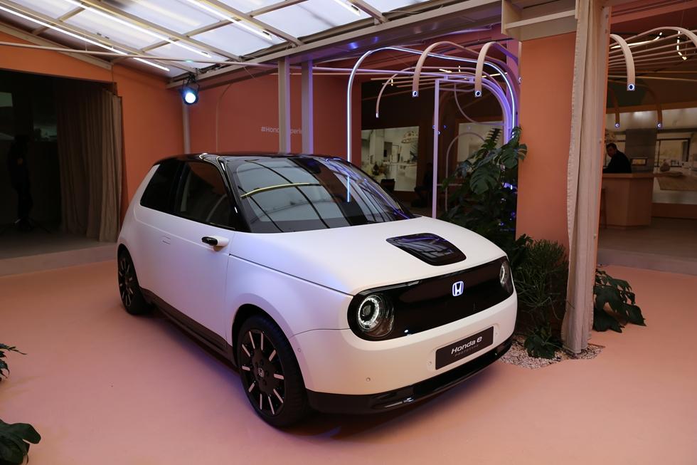 ホンダは2019年に欧州で発売予定の電気自動車「Honda E」をトルトーナ地区でお披露目