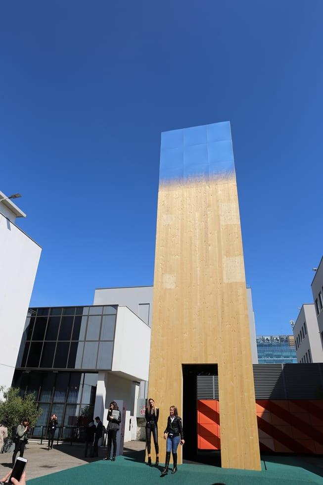3Mデザインとマテオ・トゥン&パートナーズはラッピングフィルムで知られる3Mの素材をトップに張ったタワーの作品「A Pinnacle of Reflection」をトルトーナ地区で見せた(上の部分は空の色の反射)