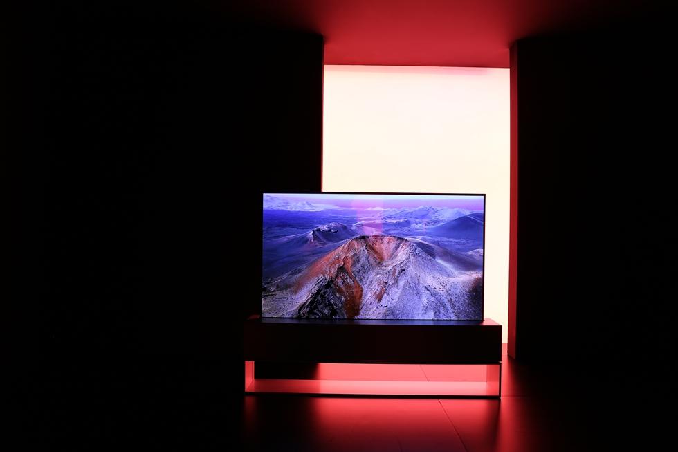LGはフォスター+パートナーズと組んで同社の4KのOLED(有機EL)のローラブル(巻き取り型)TVをトルトーナ地区で展示した。くるくる巻けば下の箱に収まる