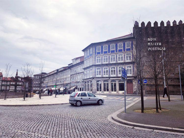 この地区のメイン広場。写真では見づらいが右の城壁にはポルトガル語の白い文字で「ポルトガルが産まれた町」と書かれている