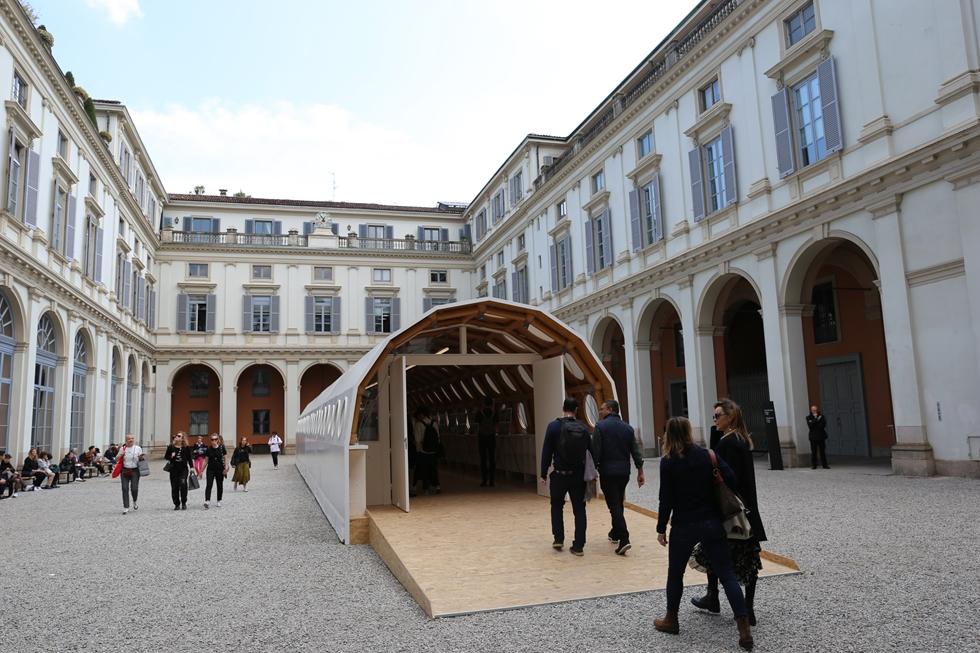ルイ・ヴィトンのために建築家の坂茂が設計した「Paper Temporary Structure 紙の仮設構造物」がパラッツォ・セルベローニの中庭に設置された