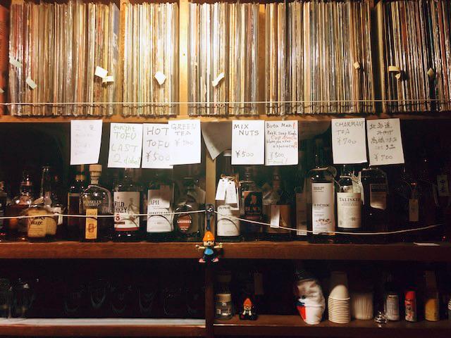 東京・日暮里 にある最近通っているバー。何度か通っていくうちに、やっと会話してもらえるように。店だからといって誰でも歓迎されるとは限らないし、店主との相性も大切。長らく通っている常連の先輩がたに、気をつかいながら通う感じもいい=写真はいずれもナガオカケンメイさん提供