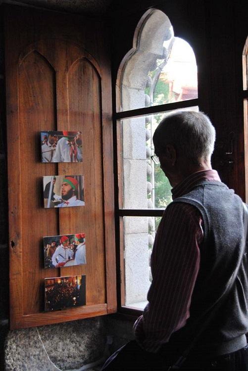 古い木造建築の木製の窓に展示された写真作品。ポルトガルで撮られたもの / Photo by Ó da Casa - Associação Cultural