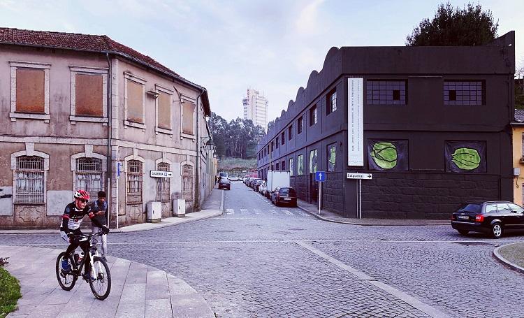 右が僕の作品が壁面に展示された美術館「CAAA」。左の建物は作家たちがアトリエに使用している廃虚。30年ほど前はテキスタイルの工場だった