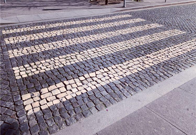 横断歩道も石畳になっている
