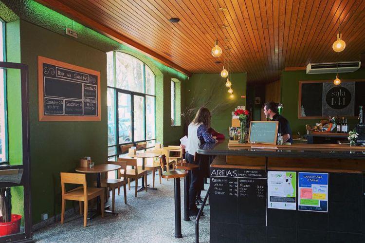以前あった古いレストランをリノベーションした店内。地元育ちのオーナーが3年ほど前に開業した「サラ141」。若者向けのデザインだ