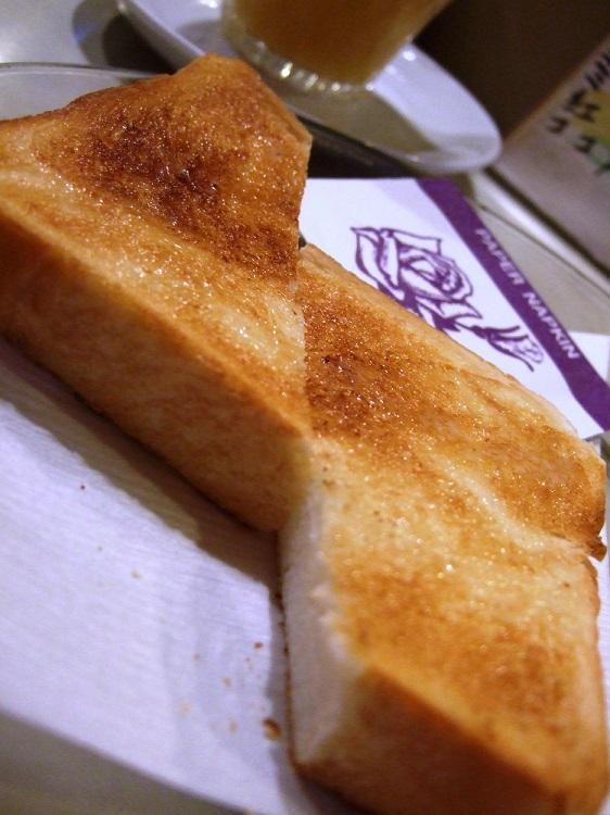 バターの香りが顔を包むバタートースト